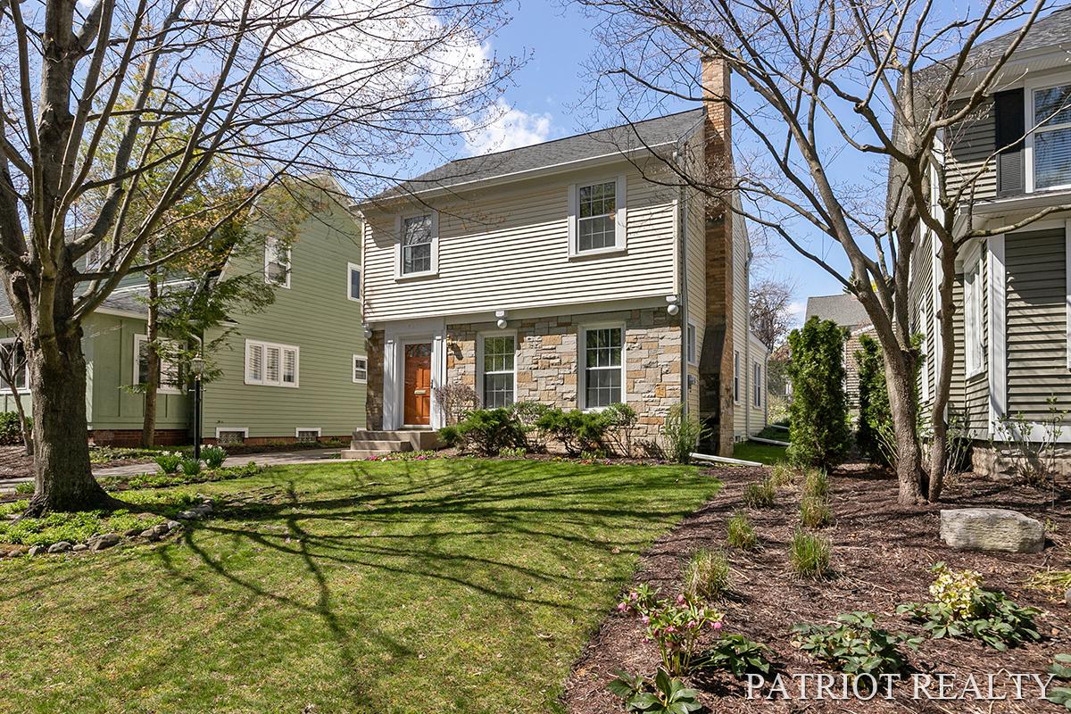 437 Briarwood Avenue SE, East Grand Rapids, MI 49506